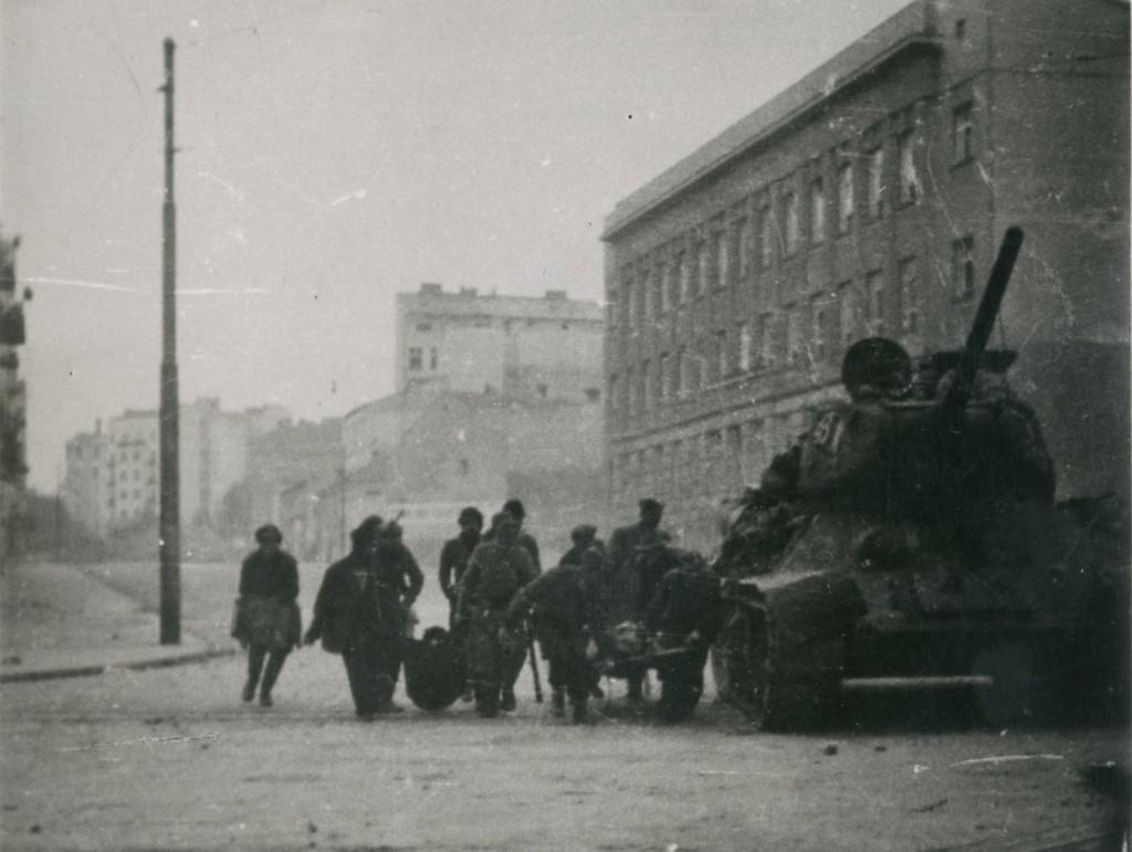 Partizanski borci prenose svoje ranjenike uz zaštitu tenka Crvene Armije